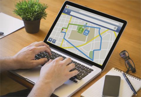 Mitarbeiter arbeitet am Laptop mit SmartRoute