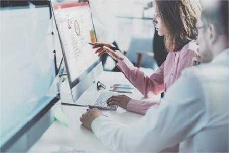 Alltägliche Arbeitssituation am Computer mit CAS genesisWorld