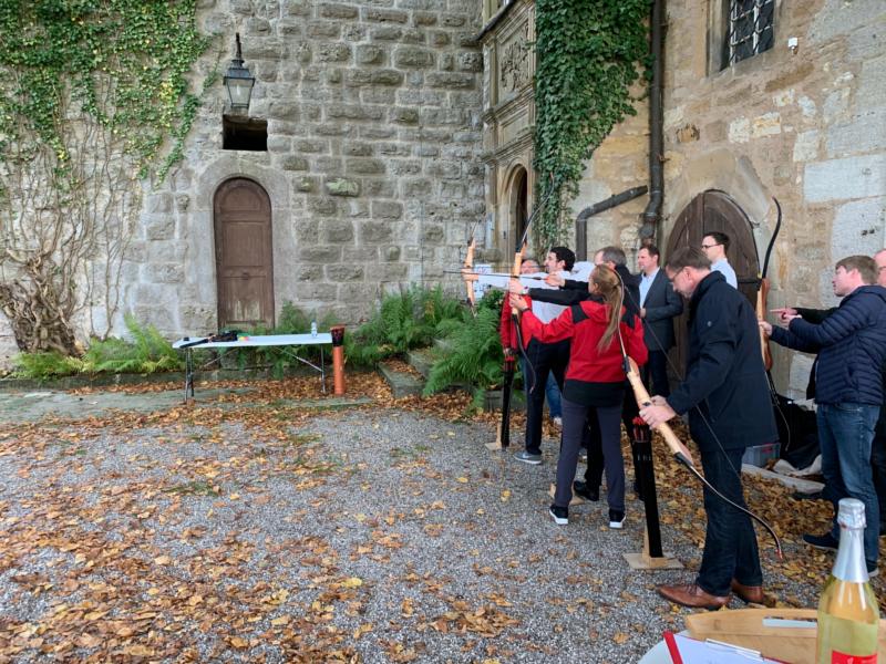 Bogenschießen auf dem Burghof von Schloss Morstein