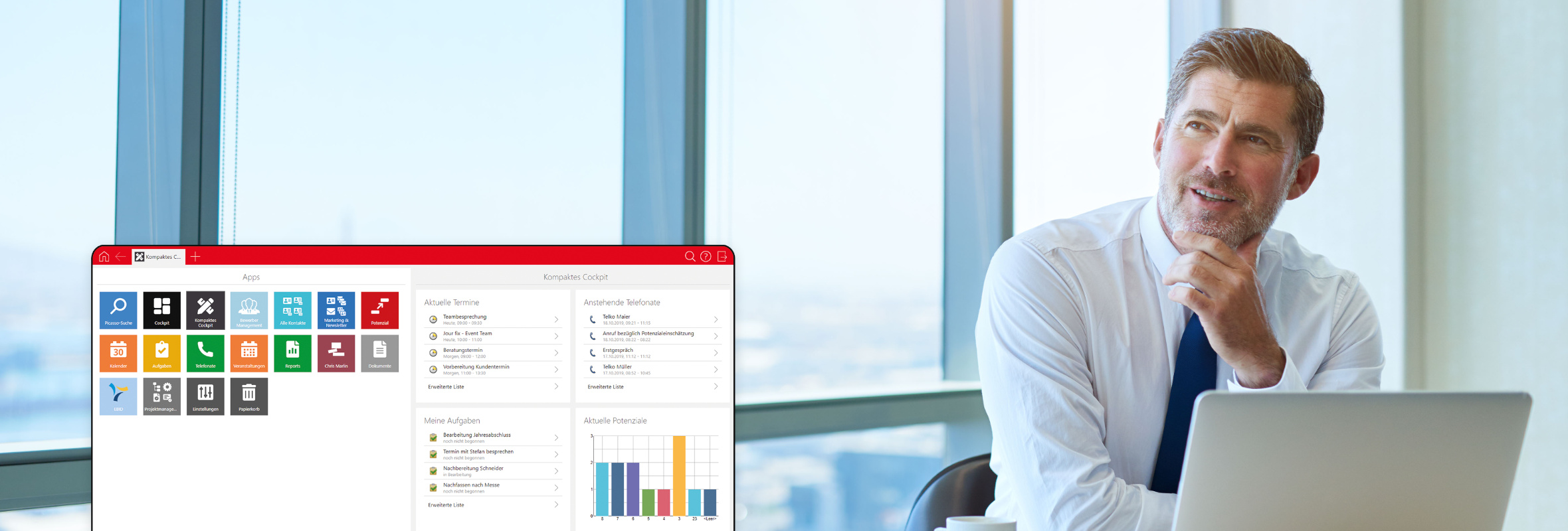 Ein Geschäftsmann blickt optimistisch, während er am Laptop mit Kanzlei CRM arbeitet